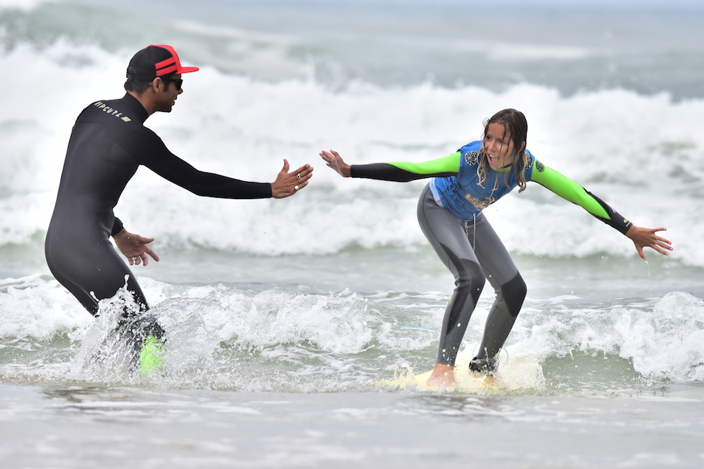 sharing good moment surfing