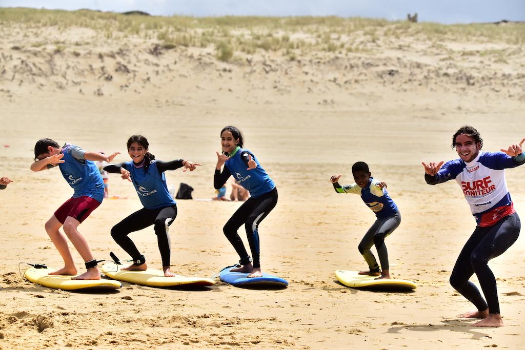 kids group beach surfing
